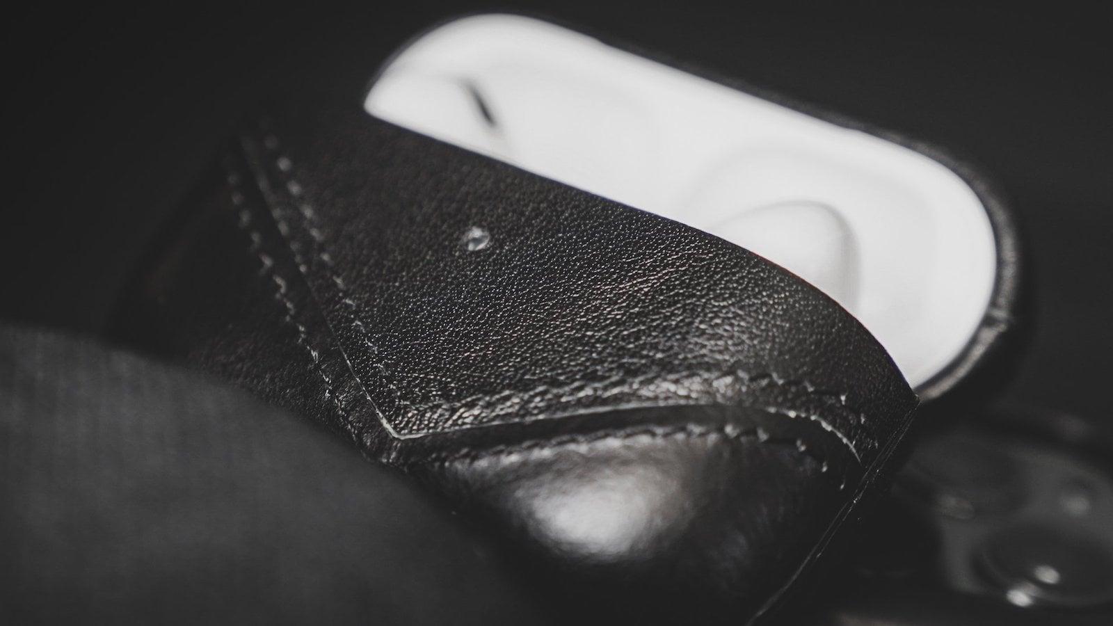 Bullstrap-Leather-AirPods-Case-01.jpeg