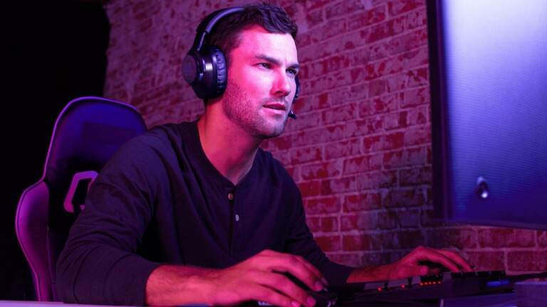 JBL Quantum 350 Wireless gaming headset has a directional voice-focus boom microphone