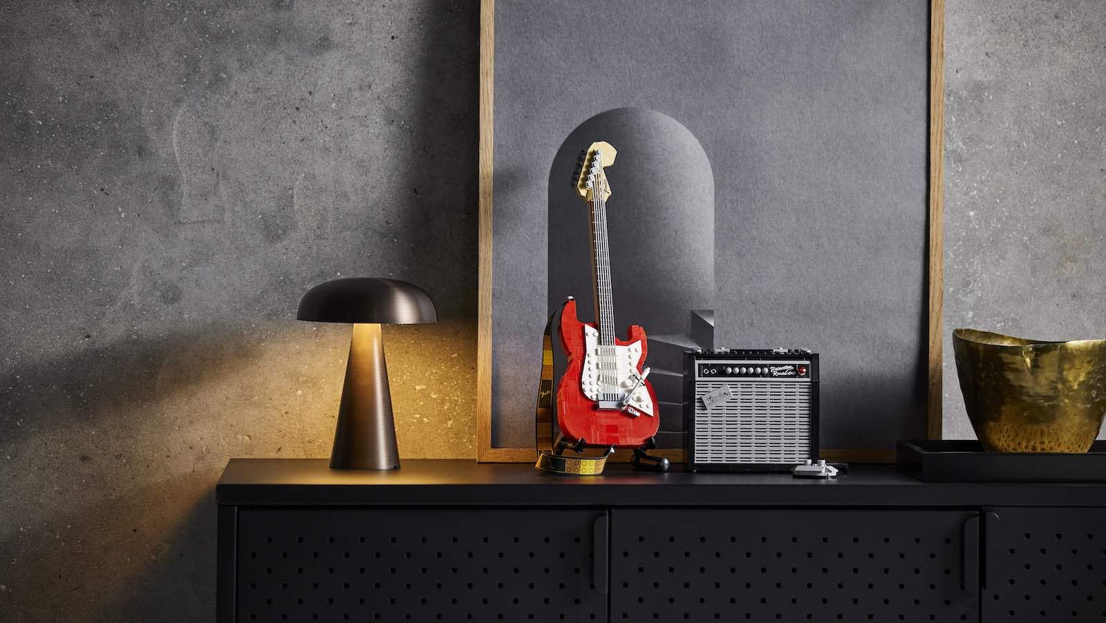 LEGO-Ideas-Fender-Stratocaster-09.jpg