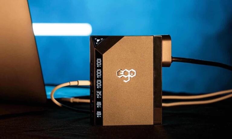 This multiport charger fast charges 6 devices simultaneously—including a laptop