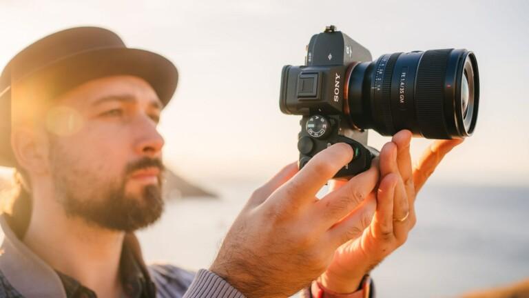Sony Alpha 7 IV full-frame hybrid camera kit features a 33-megapixel image sensor