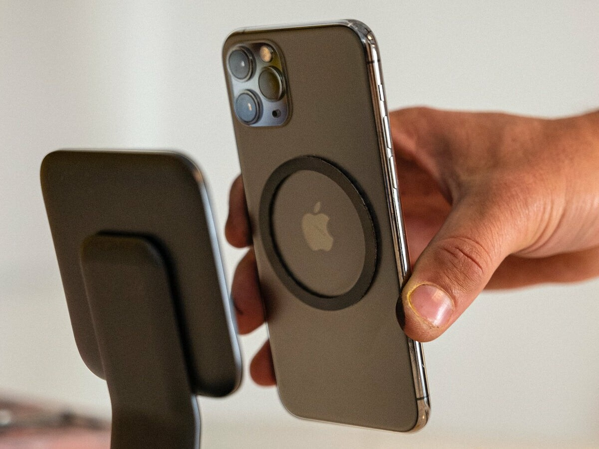 mophie snap+ 15W wireless charging stand powers Qi-enabled smartphones—even with a case on